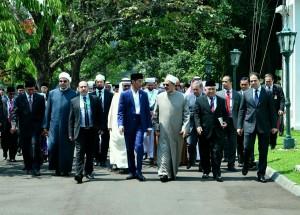 Presiden Jokowi bersama Syekh Al Azhar sebelum acara High Level Consultation of World Muslim Scholars on Wasatiyyat Islam yang digelar di Istana Kepresidenan Bogor, Selasa (1/5). (Foto: BPMI).
