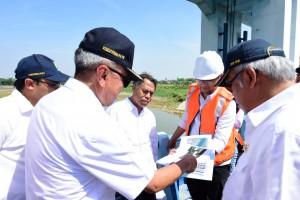 Menteri PUPR saat meninjau jembatan, Jumat (11/5). (Foto: Dokumentasi Kementerian PUPR)