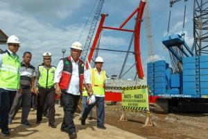 Menteri PUPR melaksanakan peninjauan di lokasi pembangunan Jembatan Kali Kuto, Sabtu (26/5). (Foto: Kementerian PUPR).