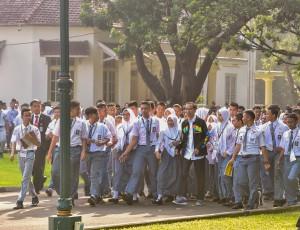 Presiden Jokowi bertemu perwakilan OSIS se-Indonesia di halaman belakang Istana Kepresidenan Bogor, Kamis (3/5). (Foto: Humas/Agung).