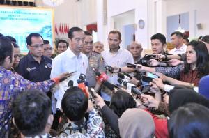 Presiden Jokowi menjawab pertanyaan wartawan usai menerima pengemudi truk di Istana Negara, Selasa (8/5). (Foto: Humas/Jay)