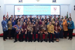Deputi DKK Yuli Harsono berfoto bersama peserta Diklat Penjenjangan Penerjemah Tingkat Pertama Angkatan VII Tahun 2018, di Kampus B Badan Diklat Kejaksaan RI, Ceger, Cipayung, Jakarta Timur, Jumat (11/5). (Foto: Humas/Oji).