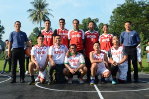 Presiden Jokowi berfoto bersama Olahraga Bersama dengan Peserta Development Basketball League (DBL), di Halaman Belakang, Gedung Induk, Istana Kepresidenan Bogor, Jawa Barat, Sabtu (12/5). (Foto: Humas/Oji)