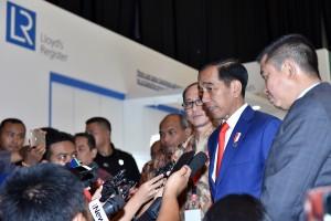 Presiden menjawab pertanyaan wartawan usai The 42nd Indonesia Petroleum Association (IPA) Convention and Exhibition, di Jakarta Convention Center (JCC), Jakarta, Rabu (2/5). (Foto: Humas/Agung).