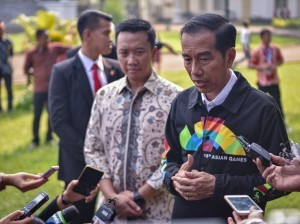 President Jokowi answers the press' questions after receives the representatives of Indonesian top performing high school students at the Presidential Palace of Bogor, West Java, on Thursday (3/5). (Photo by: Public Relations/Agung).