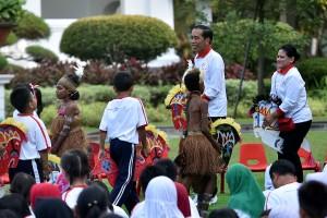 Presiden saat acara #JamMainKita dalam rangka memperingati Hari Pendidikan Nasional Tahun 2018 di Halaman Belakang Istana Merdeka, Jumat (4/5) sore. (Foto: Humas/Agung)