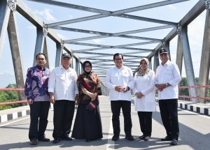 Cabinet Secretary Pramono Anung takes picture with Minister of Public Works and Public Housing and Minister of Transportation at Wijaya Kusuma Bridge, Kediri, East Java. (Photo: Anggun/PR)
