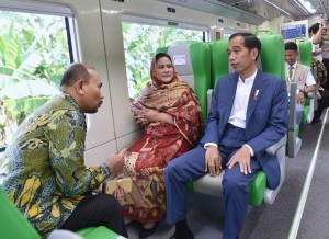 Presiden Jokowi didampingi Ibu Negara Iriana langsung mencoba KA Minangkabau Ekspres, usai meresmikan pengoperasinya di Bandara Minangkabau, Padang Pariaman, Sumbar, Senin (21/5) pagi. (Foto: Rahmat/Humas)