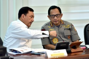 Chief of the Indonesian National Police General Tito Karnavian converses with Head of National Intelligence Agency (BIN) Budi Gunawan prior to Limited Cabinet Meeting, at the Presidential Office, Jakarta, on Wednesday (30/5). (Photo by: Agung/Public Relations).