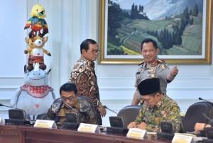 Kapolri Jenderal Tito Karnavian berbincang dengan Sekab Pramono Anung, sebelum dimulainya rapat terbatas, di Kantor Presiden, Jakarta, Selasa (22/5) sore. (Foto: JAY/Humas)