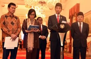 Presiden Jokowi didampingi Wakil Presiden dan sejumlah menteri mengumumkan THR dan gaji ke-13, di Istana Negara, Jakarta, Rabu (23/5) siang. (Foto: Rahmat/Humas)