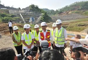 Presiden Jokowi menjawab wartawan usai meninjau pembangunan Bendungan Kuningan, di Desa Randusari, Kecamatan Cibeureum, Kabupaten Kuningan, Jumat (25/5) pagi. (Foto: Humas/Jay)