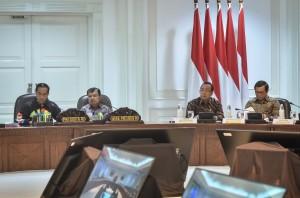 Presiden Jokowi saat memimpin Rapat Terbatas tentang Promosi Penyelenggaraan Asian Games XVIII Tahun 2018, di Kantor Presiden, Jakarta, Jumat (4/5). (Foto: Humas/Agung).
