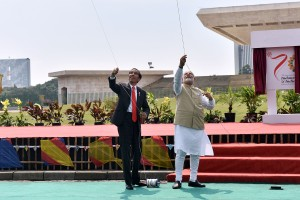 Presiden Jokowi dan PM Narendra Modi bermain layang-layang di Silang Monas, Jakarta, Rabu (30/5) siang. (Foto: AGUNG/Humas)