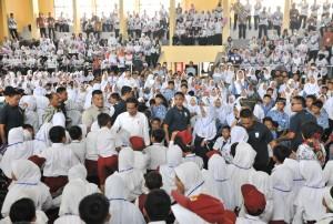 Presiden Jokowi di tengah-tengah ribuan pelajar di Majalengka, Jabar, Kamis (24/5) siang. (Foto: JAY/Humas)