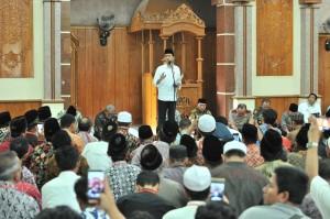 Presiden Jokowi menyampaikan sambutan pada acara penyerahan 12 sertifikat wakaf, di Masjid Al Amin, Majalengka, Jabar, Kamis (24/5) siang. (Foto: JAY/Humas)