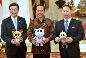 President Jokowi takes picture together with South Korean Ambassador Kim Chang-beom and North Korean Ambassador An Kwang Il, at Merdeka Palace in Jakarta, Monday (30/4). (Photo by: Rahmat/Public Relations).