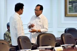 Menhub Budi K. Sumadi berbincang dengan Menteri PANRB sebelum rapat terbatas, di Kantor Presiden, Jakarta, Rabu (30/5) siang. (Foto: AGUNG/Humas)