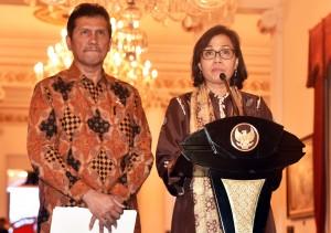 Menkeu Sri Mulyani didampingi Menteri PANRB Asman Abnur mengumumkan besran THR dan gaji ke-13, di Istana Negara, Jakarta, Rabu (23/5) siang. (Foto: Rahmat/Humas)