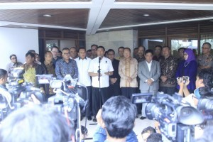 Coordinating Minister for Political, Legal and Security Affairs Wiranto accompanied by Secretaries General of the parties supporting the Government deliver press statement, at his official residence in Jakarta, on Monday (14/10). (Photo by: Coordinating Ministry for Political, Legal and Security Affairs' Public Relations)