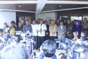 Menko Polhukam Wiranto didampingi para Sekjen partai pendukung pemerintah menyampaikan pernyataan pers, di rumah dinasnya di Jakarta, Senin (14/10). (Foto: Humas Kemenko Polhukam)