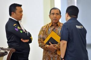 Menpora Imam Nahrawi berbincang dengan Ketua KONI Pusat Tono Suratman, dan Ketua UNASGOC Erick Thohir, sebelum rapat terbatas di Kantor Presiden, Jakarta, Senin (28/5) siang. (Foto: AGUNG/Humas)