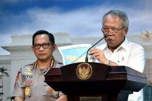 Menteri PUPR Basuki Hadimuljono didampingi Kapolri menyampaikan hasil rapat terbatas d Kantor Presiden, Jakarta, Rabu (30/5) sore. (Foto: AGUNG/Humas)
