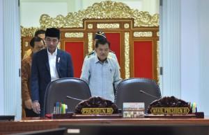 Presiden Jokowi didampingi Wakil Presiden Jusuf Kalla memasuki ruang rapat Kantor Presiden, Jakarta, Selasa (15/5) siang, untuk memimpin rapat terbatas. (Foto: JAY/Humas)
