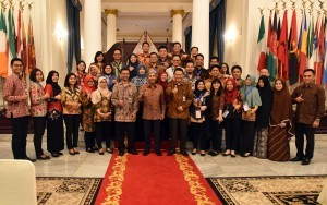 Deputy Foreign Minister A.M. Fachir with a number of Functional Officials of Indonesian Government Translators, at the Ministry of Foreign Affairs, Jakarta, Tuesday (8/5). (Photo by: Public Relations Division/Rahmat).
