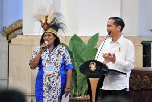 Presiden Jokowi berdialog dengan seorang nelaya saat bersilaturahmi dengan perwakilan nelayan, di Istana Negara, Jakarta, Selasa (8/5) siang. (Foto: JAY/Humas)