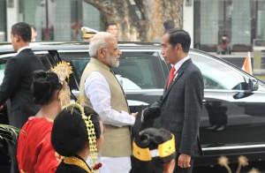 Presiden Jokowi menyambut kedatangan PM India Narendr Modi, di halaman Istana Merdeka, Jakarta, Rabu (30/5) pagi. (Foto: HAY/Humas)