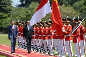 PM Li Keqiang, accompanied by President Jokowi, inspects the guard of honor during his visit to Bogor Presidential Palace, West Java, Monday (7/5). (Photo by: OJI/ Public Relations Division of Cabinet Secretariat)