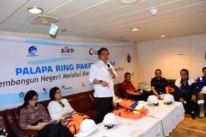 Menkominfo menyampaikan penjelasan perkembangan Palapa Ring Tengah, di atas kapal di Manado, Sulut, JUmat (25/5). (Foto: Humas Kemenkominfo)
