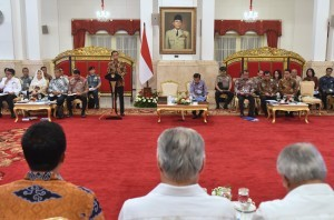 President Jokowi gives directives in a Plenary Cabinet Meeting, at the State Palace, Jakarta, Wednesday (16/5). (Photo: Rahmat/PR)