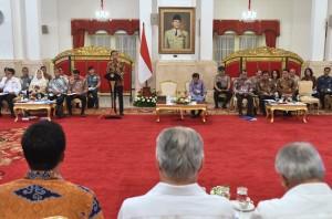Presiden Jokowi memberikan arahan pada Sidang Kabinet Paripurna, di Istana Negara, Jakarta, Rabu (16/5) siang. (Foto: Rahmat/Humas)