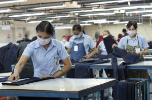 BURUH TERANCAM PHK. Sejumlah buruh pabrik tekstil tengah mengerjakan pakaian di PT. Sandang Asia Maju Abadi, Semarang, Rabu (8 Juli 2015). Krisis ekonomi dunia yang belum juga berakhir, jelang Lebaran buruh di Jawa Tengah terancam PHK. Dinas Tenaga Kerja, Transmigrasi, dan Kependudukan Provinsi Jawa Tengah mencatat, buruh yang terkena pemutusan hubungan kerja (PHK) selama 2015 sudah mencapai 1.091. KORAN SINDO/Budi Arista Romadhoni