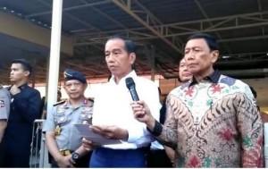 Presiden Jokowi menyampaikan pernyataan pers terkait aksi terorisme di Surabaya, di RS Bhayangkara, Surabaya, Jatim, Minggu (13/5) sore. (Foto: IST)