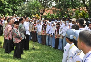 President Jokowi receives representatives of Student Organization (OSIS) across Majalengka at Dirgantara Park, Majalengka, West Java (24/5). (Photo by: Jay/Public Relations).