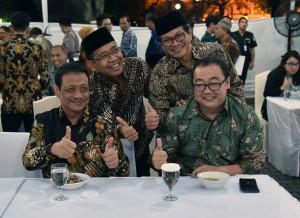 Mensesneg dan Seskab berfoto bersama dalam acara Buka Puasa Bersama seluruh pejabat/pegawai Kemensetneg dan Setkab di Aula Serbaguna Kemensetneg, Jumat (25/5). (Foto: Humas/Rahmat).