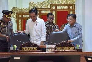 Presiden Jokowi didampingi Wakil Presiden, dan Seskab memasuki ruangan untuk memimpin erapat terbatas tentang terorisme, di Kantor Presiden, Jakarta, Selasa (22/5) siang. (Foto: JAY/Humas)