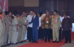 Presiden Jokowi menyalami para kepala desa peserta Rakornas Pembinaan Penyelenggaraan Pemerintahan Desa, Pusat dan Daerah Tahun 2018, diHall D-2, JI-Expo Kemayoran, Jakarta Pusat, Senin (14/5) pagi. (Foto: JAY/Humas)