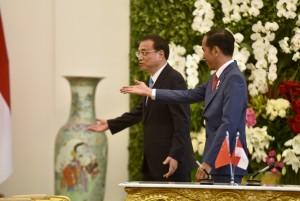 Presiden Jokowi menyambut PM RRT Li Keqiang yang berkunjung ke Istana Kepresidenan Bogor, Jabar, Senin (7/5) siang. (Foto: OJI/Humas)
