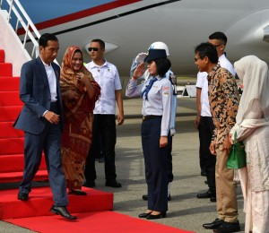Gubernur Sumbar Irwan Prayitno menyambut kedatangan Presiden Jokowi dan Ibu Negara Iriana, di Bandara Internasional Minangkabau, Padan Pariaman, Sumbar, Senin (21/5) pagi. (Foto: Setpres)
