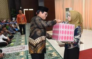 Seskab Pramono Anung menyerahkan secara simbolik santunan pada kegiatan sosial ramadan 1439H di Aula Gedung 3 Kemensetneg, Jakarta, Kamis (31/5) sore. (Foto: JAY/Humas)