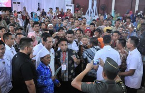President Jokowi grants the request of people who want to take pictures with him, at Ewangga Sports Center, Kuningan Regency, West Java, on Friday (25/5). (Photo by: Jay/Public Relations).