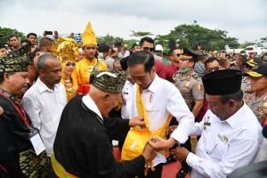 Presiden Jokowi saat mengikuti acara peluncuran program Peremajaan Sawit Rakyat (PSR), di Kelurahan Bagan Batu Kota, Kecamatan Bagan Sinembah, Kabupaten Rokan Hilir, Provinsi Riau, Rabu (9/5). (Foto: BPMI)