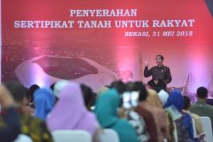 Presiden Jokowi memberikan sambutan pada penyerahan sertifikat untuk rakyat, di Asrama Haji Bekasi, Jawa Barat, Kamis (31/5) siang. (Foto: AGUNG/Humas)