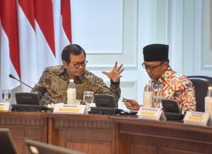 Seskab berbincang dengan Menpora sebelum Rapat Terbatas di kantor Presiden, Jakarta, Jumat (4/5). (Foto: Humas/Agung)