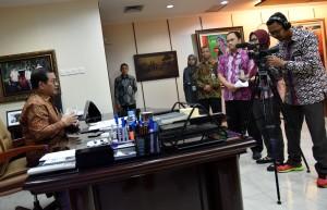 Seskab Pramono Anung menyampaikan penjelasan terkait aksi terorisme di Surabaya, di ruang kerjanya, Jakarta, Selasa (15/5) pagi. (Foto: Rahmat/Humas)