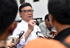 Mendagri Tjahjo Kumolo menjawab pertanyawan wartawan, di Istana Negara, Jakarta, Rabu (16/5) sore. (Foto: Rahmat/Humas)
